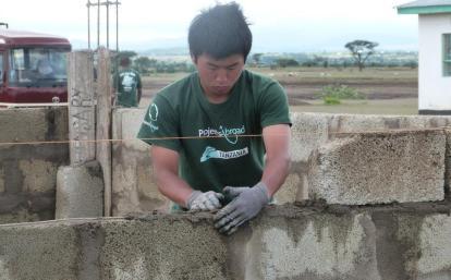 日本人ボランティアがタンザニアで建築活動に取り組む